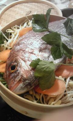 鯛を丸ごと野菜と蒸して